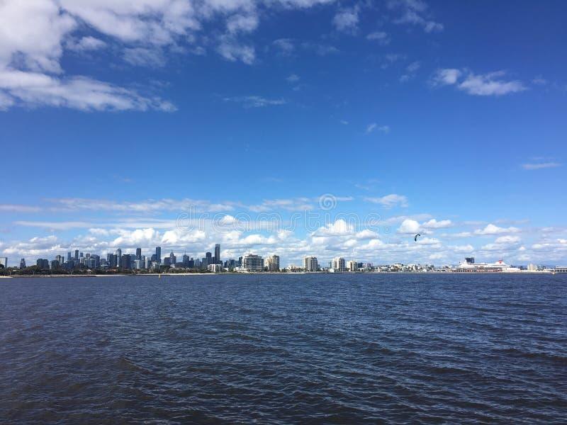 Melbourne från andra sidan av fjärden royaltyfri fotografi