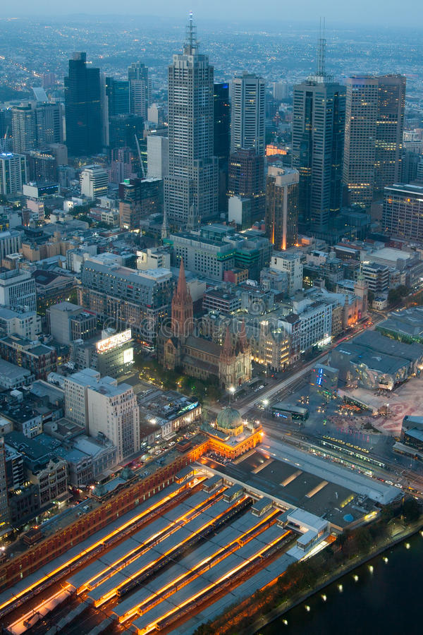 Melbourne horisont över FlindersSt-station royaltyfri bild