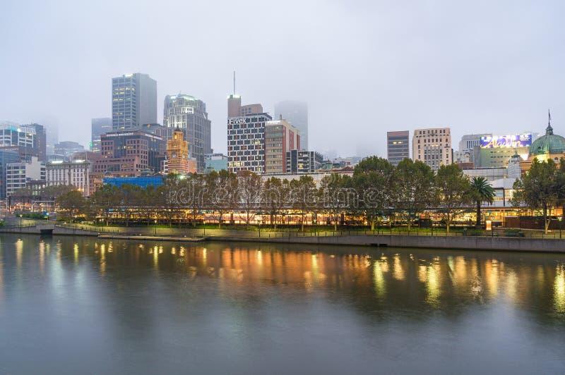 Melbourne i stadens centrum sikt på dimmig morgon fotografering för bildbyråer