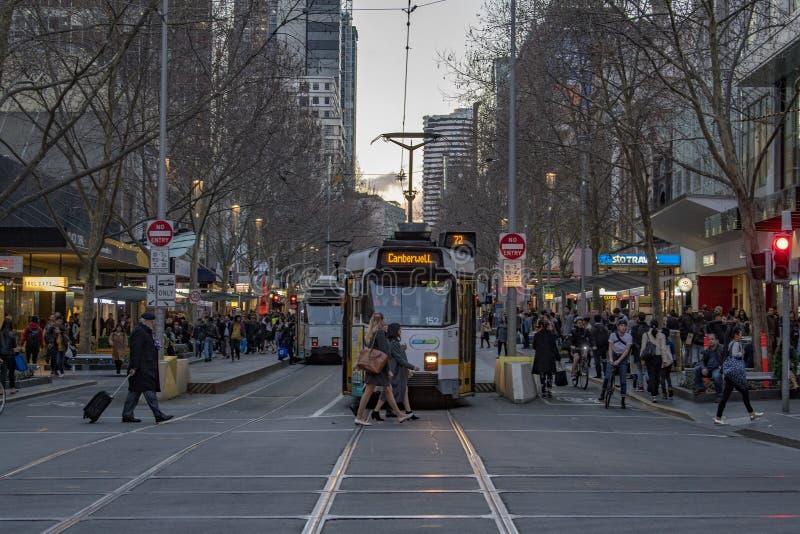 MELBOURNE, l'AUSTRALIA, il 16 agosto 2017 - traffico cittadino in via concentrare del flinder e del bourke immagini stock libere da diritti