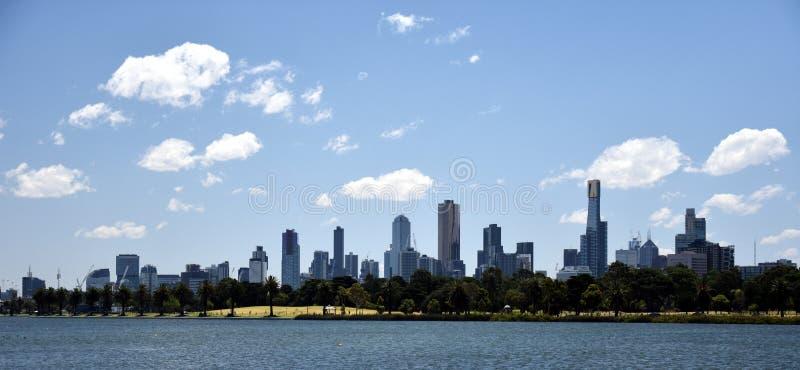 Melbourne miasta drapacze chmur przeglądać przez Albert Parkują jezioro zdjęcie stock