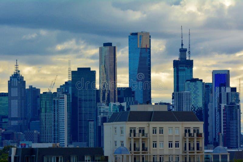 Melbourne miasta linia horyzontu nad markotnym chmurnym wschód słońca niebem obrazy stock