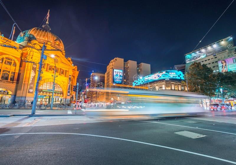 MELBOURNE - OCTUBRE DE 2015: Estación de la calle del Flinders en la noche E imagen de archivo libre de regalías
