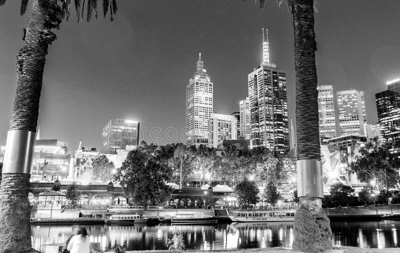 MELBOURNE - OKTOBER 2015: Zwart-witte stadshorizon bij nacht stock foto