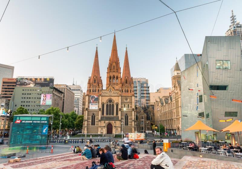 MELBOURNE - OTTOBRE 2015: Quadrato di federazione alla notte La città a fotografia stock libera da diritti