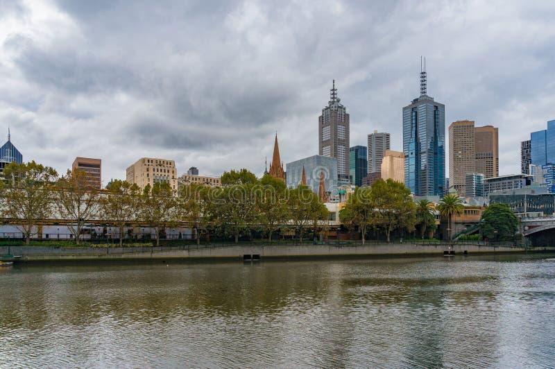 Melbourne pejzaż miejski i Yarra rzeka przy jesienią obraz stock