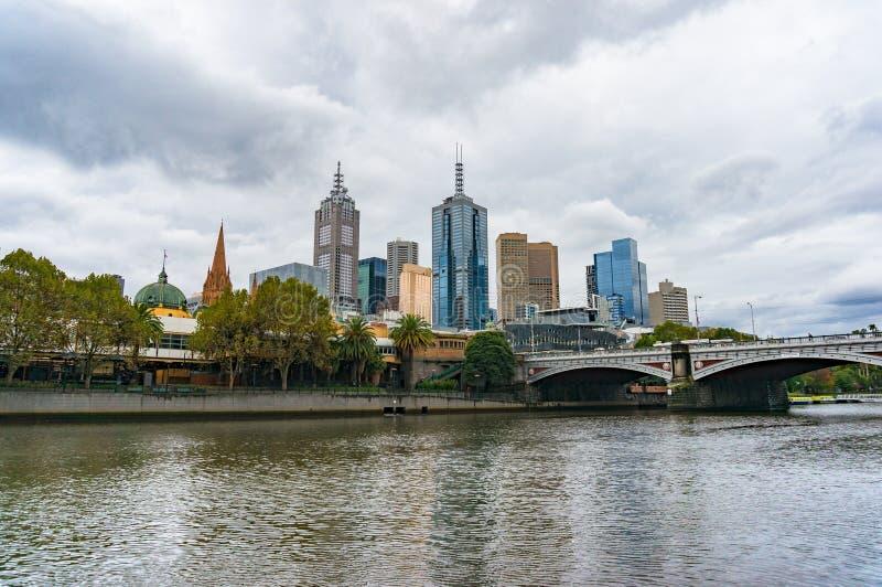 Melbourne pejzaż miejski i Yarra rzeka przy jesienią zdjęcie stock