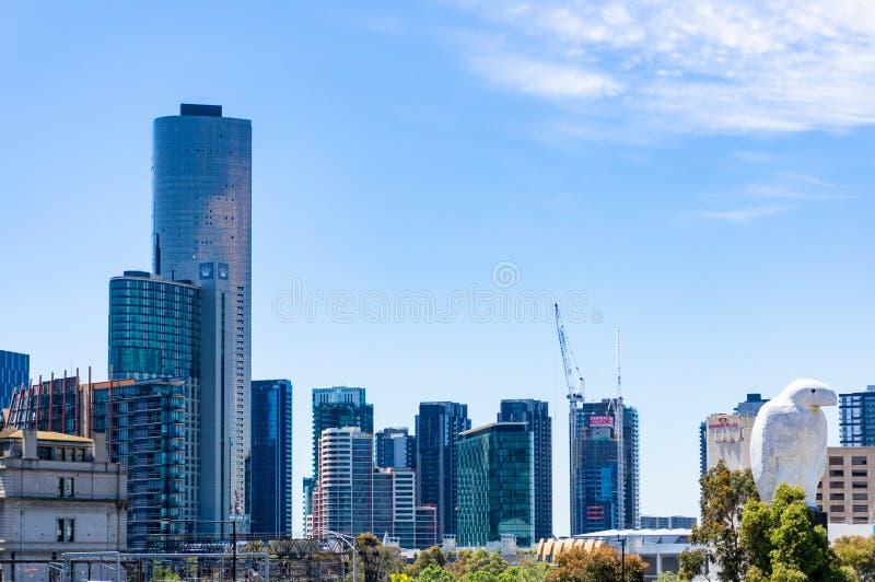 Melbourne pejzaż miejski z Bunjil orła ptasią rzeźbą fotografia royalty free