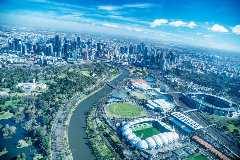 MELBOURNE - SEPTEMBER 8, 2018: Flyg- sikt av stadshorisont och stadion från helikoptern Melbourne tilldrar 15 miljon personer arkivbilder