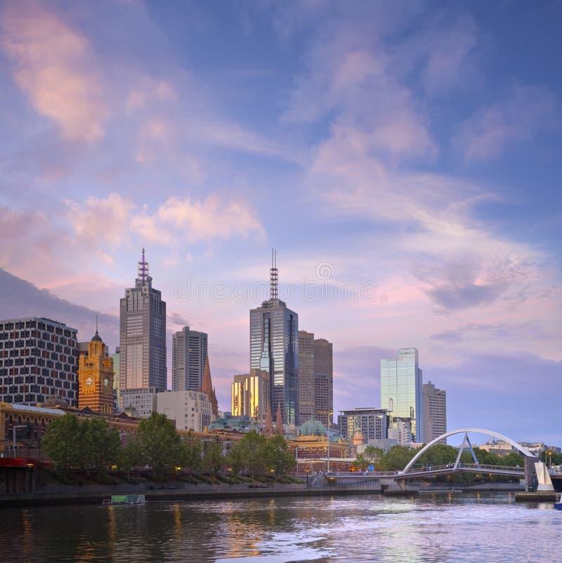 Melbourne-Skyline-Dämmerung-Quadrat stockbilder