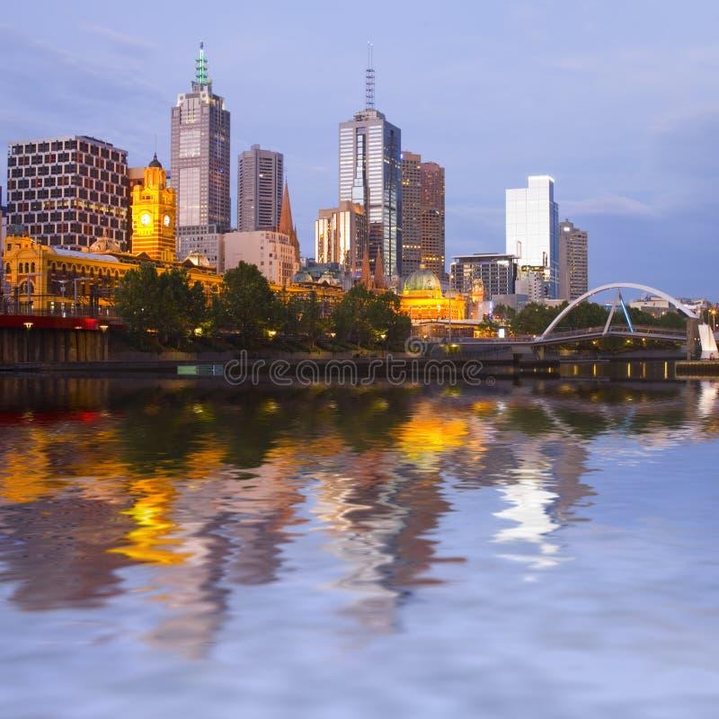 Melbourne-Skyline an der Dämmerung lizenzfreie stockfotografie
