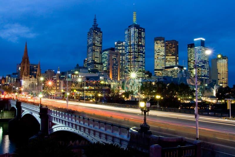 Melbourne-Skyline in Richtung zu Fed Square stockbilder