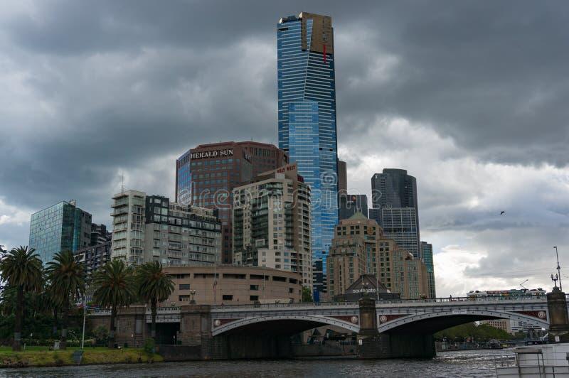 Melbourne Southbank pejzaż miejski z drapaczami chmur, barami i restaur, obrazy royalty free