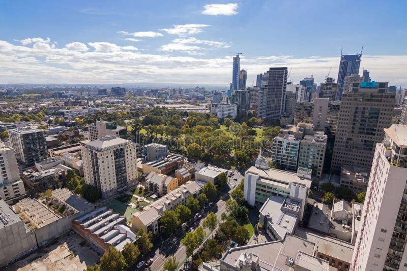 Melbourne stad med flaggstångträdgårdsikt i Melbourne som är austral arkivbilder