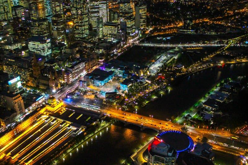 Melbourne stad vid natt royaltyfria bilder