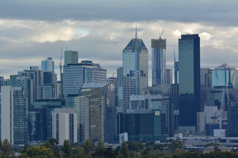 Melbourne stadshorisont över en lynnig molnig soluppgånghimmel arkivbilder