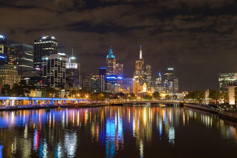 Melbourne stadshorisont på natten med sikten av Queensbronollan royaltyfri fotografi