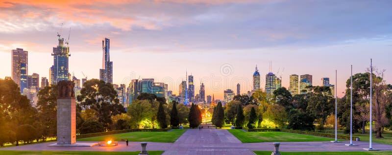 Melbourne stadshorisont p? skymning i Australien royaltyfri fotografi