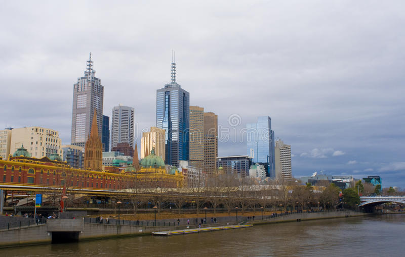 Melbourne-Stadt-Skyline im Winter stockbilder