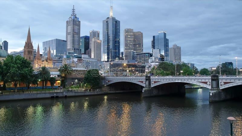 Melbourne-Stadt und der yarra Fluss nachts in Victoria, Australien stockfotos