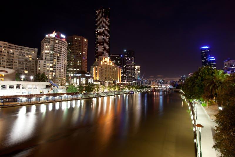 Melbourne-Stadt und Yarra Fluss nachts lizenzfreies stockbild