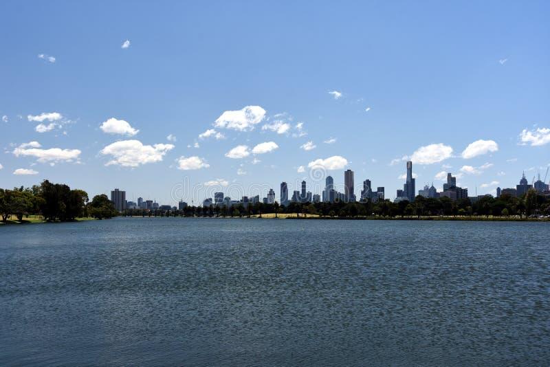 Melbourne-Stadtwolkenkratzer angesehen über Albert Park Lake lizenzfreie stockbilder
