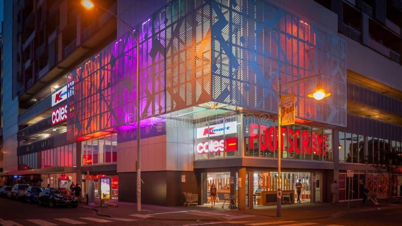 Melbourne, VIC/Australia- 22 de marzo de 2018: el edificio del centro comercial de la plaza de Footscray en la noche imagen de archivo libre de regalías