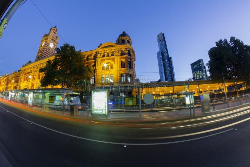 Melbourne, Victoria, Australia Exposición larga, rastros, vista nocturna de la estación de la calle del Flinders de la calle, un  fotos de archivo
