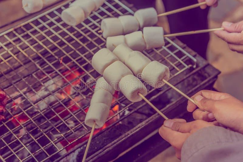 melcocha asada a la parrilla en el carbón caliente imagen de archivo libre de regalías