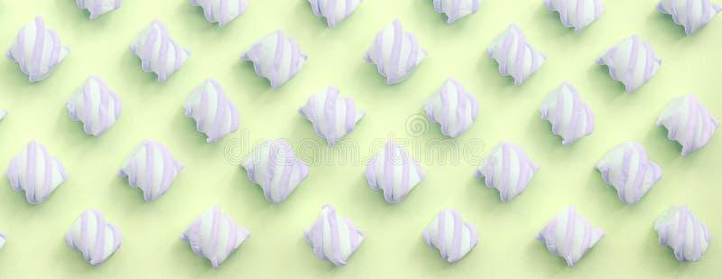 Melcocha colorida presentada en fondo del papel de la cal modelo texturizado creativo en colores pastel imágenes de archivo libres de regalías
