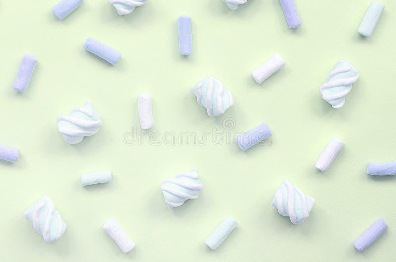 Melcocha colorida presentada en fondo del papel de la cal textura creativa en colores pastel fotografía de archivo libre de regalías