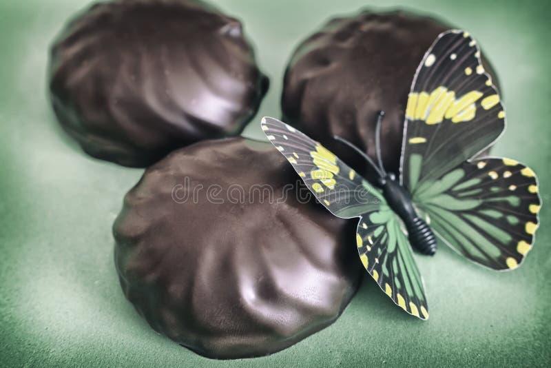 Melcocha del caramelo en un fondo verde hermoso imágenes de archivo libres de regalías