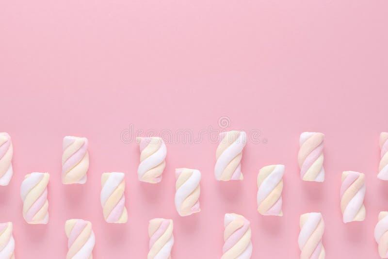 Melcocha del color en colores pastel en fondo rosado con el espacio de la copia imágenes de archivo libres de regalías