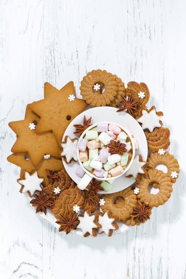 melcocha en una taza y un surtido de galletas de la Navidad imagen de archivo