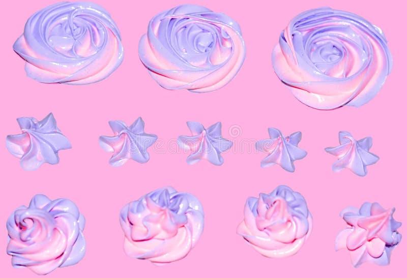 melcocha rosado-violeta coloreada bajo la forma de flor para la decoración de un postre festivo en un fondo en colores pastel ros imagen de archivo
