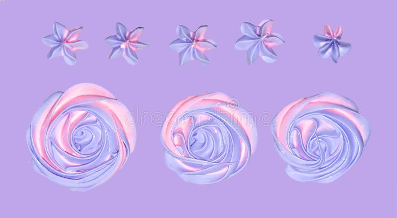 melcocha rosado-violeta coloreada en la forma de una flor para la decoración de un postre festivo en un backgrou en colores paste foto de archivo