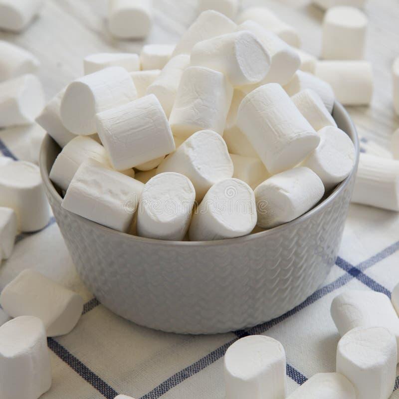 Melcochas blancas dulces en un cuenco, vista lateral Primer fotografía de archivo