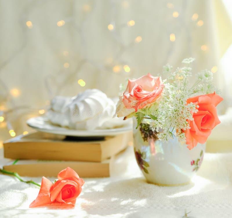 Melcochas con los brotes de rosas imágenes de archivo libres de regalías