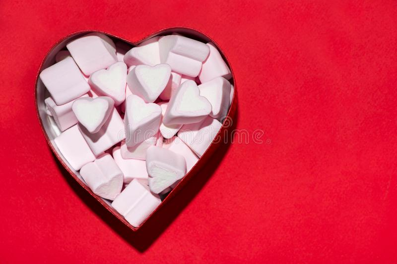 Melcochas de los corazones del caramelo del día de tarjetas del día de San Valentín en caja sobre backgro rojo imagen de archivo libre de regalías