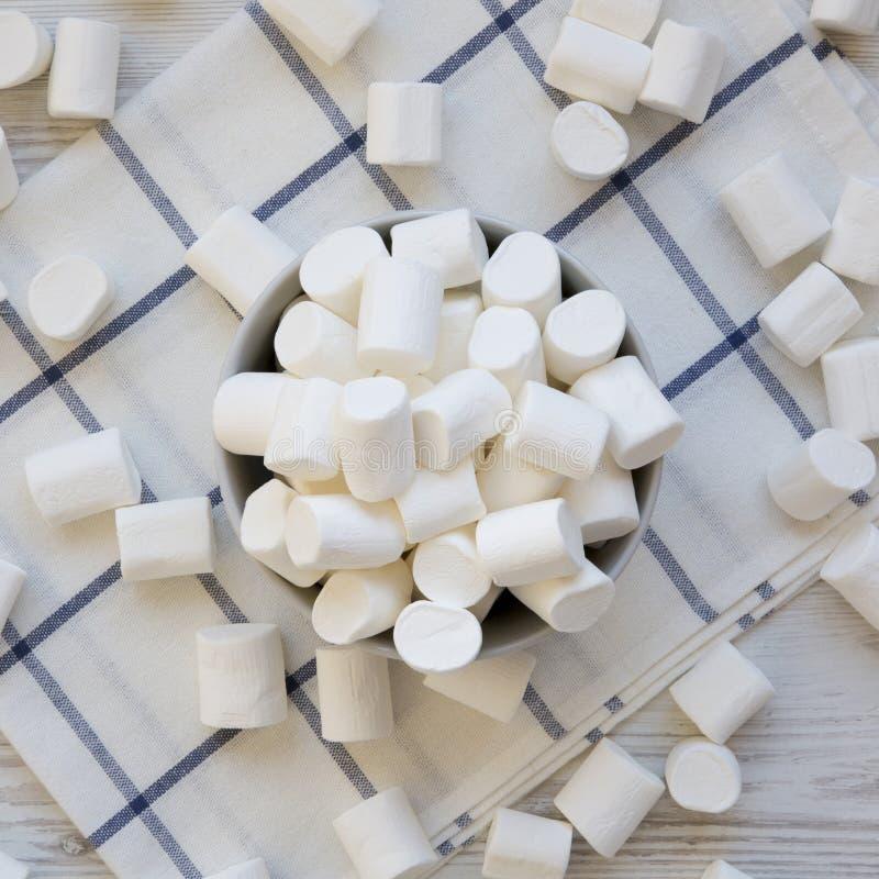 Melcochas dulces en un cuenco, visi?n superior Endecha plana, desde arriba, de arriba Primer fotografía de archivo libre de regalías