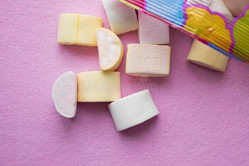 Melcochas en fondo rosado con el espacio de la copia Wallpaper el fondo o la textura del mini marshmellow colorido foto de archivo