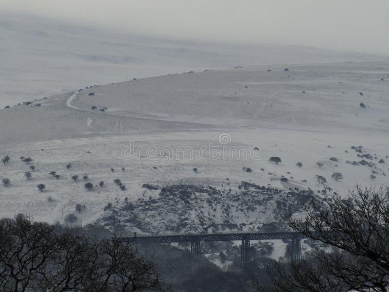 Meldon-Viadukt im Schnee mit Longstone-Hügel im Hintergrund, Dartmoor stockbild
