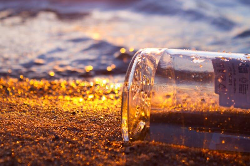 Meldung in einem Flaschen-Schwimmen stockfotografie