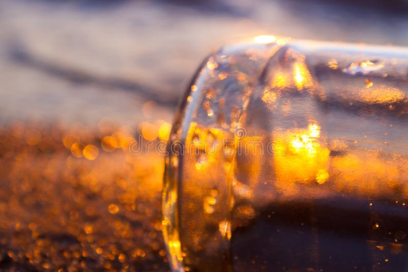 Meldung in einem Flaschen-Schwimmen stockfoto