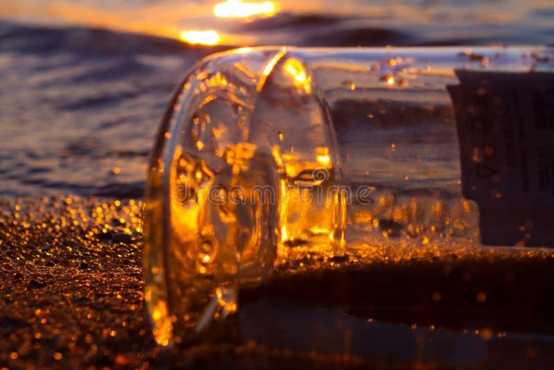 Meldung in einem Flaschen-Schwimmen lizenzfreie stockfotos