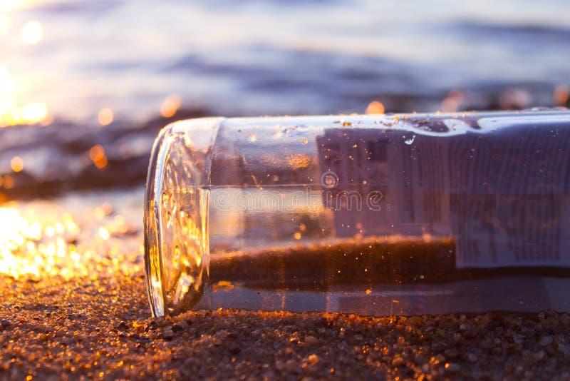 Meldung in einem Flaschen-Schwimmen stockbild