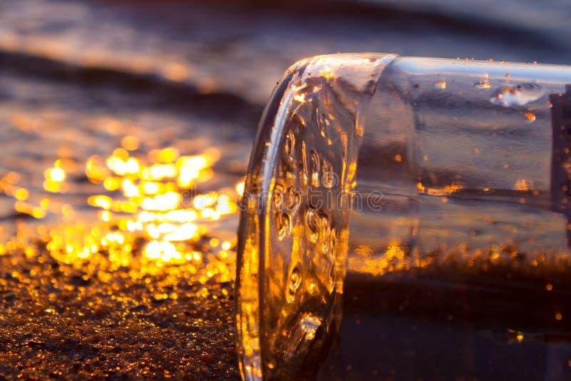 Meldung in einem Flaschen-Schwimmen lizenzfreies stockbild