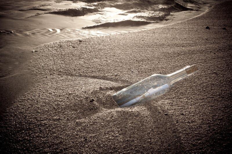 Meldung in einer Flasche lizenzfreie stockfotos
