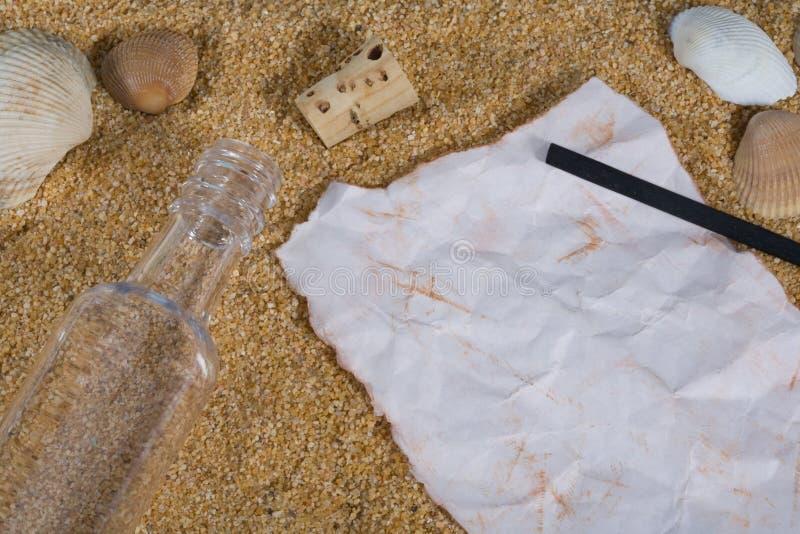 Meldung in einer Flasche mit Holzkohle lizenzfreie stockbilder