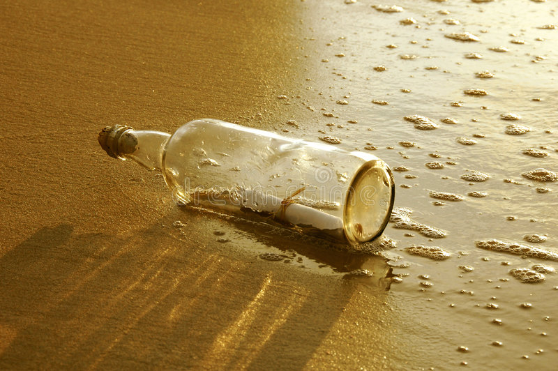 Meldung in einer Flasche am Sonnenuntergang lizenzfreie stockfotografie